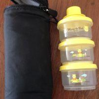 哺乳瓶消毒器と携帯用粉ミルク入れ